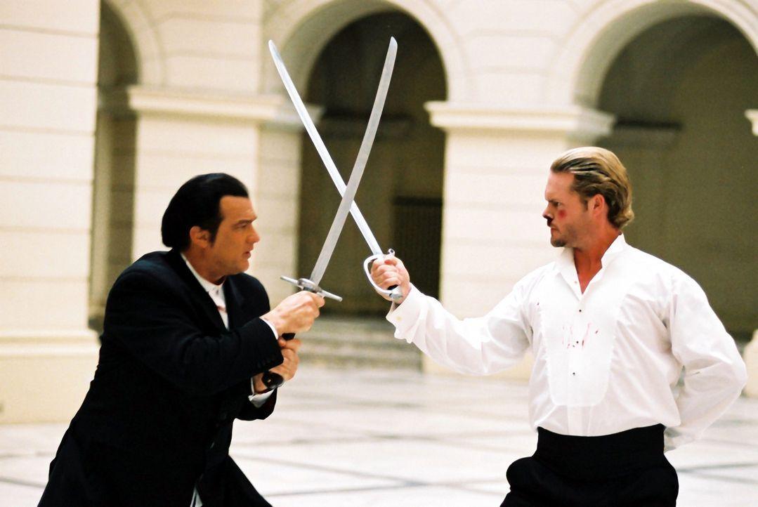 Zwischen Billy (Steven Seagal, l.) und dem Menschenhändler Faisal (Matt Schulze, r.) entbrennt ein Kampf auf Leben und Tod ... - Bildquelle: Franchise Pictures
