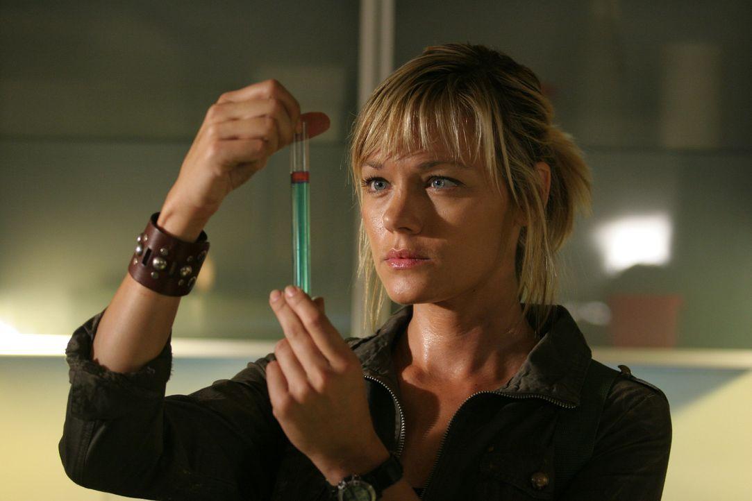 In einer geheimen Forschungseinrichtung experimentiert die Wissenschaftlerin Amanda Hayes (Crystal Allen) mit zwei Schlangen. Doch die Versuche lauf... - Bildquelle: CPT Holdings, Inc.  All Rights Reserved.