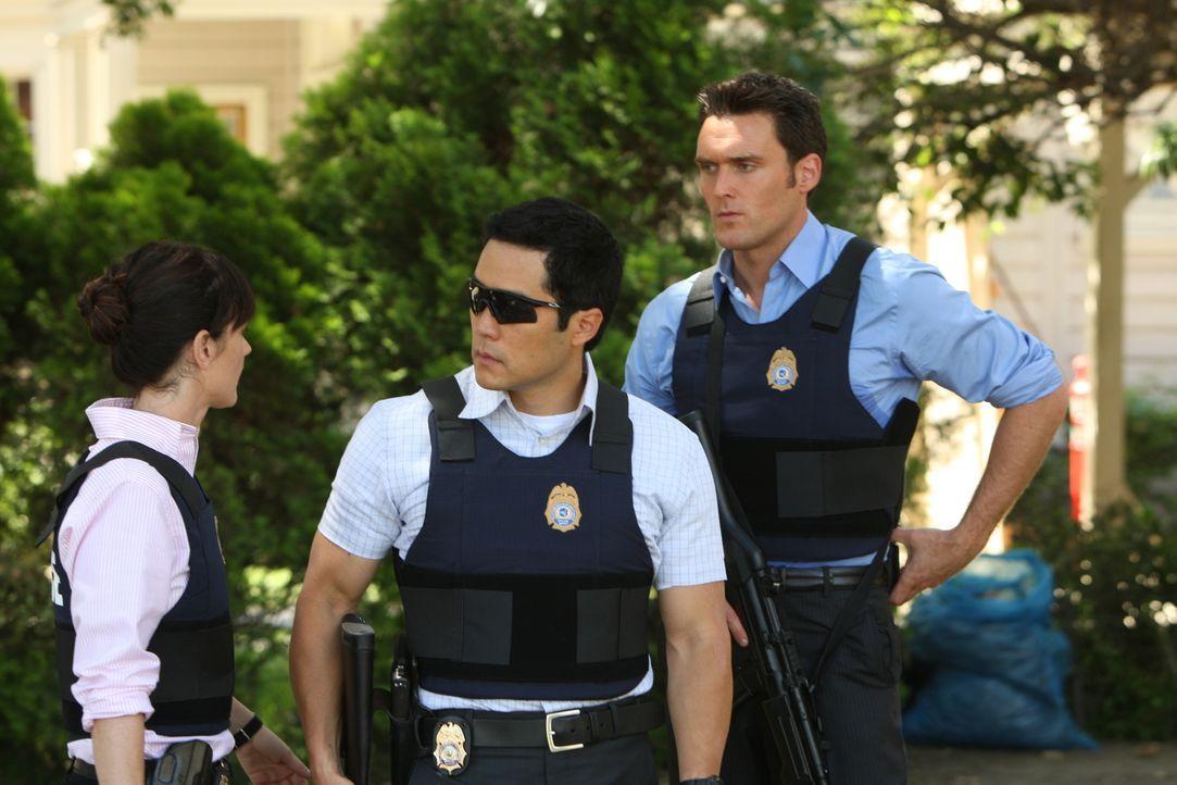 Versuchen, einen neuen Fall zu lösen: Teresa (Robin Tunney, l.), Kimball (Tim Kang, M.) und Wayne (Owain Yeoman, r.) ... - Bildquelle: Warner Bros. Television