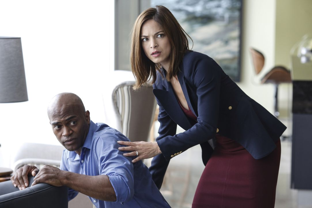 In letzter Sekunde können Cat (Kristin Kreuk, r.) und Vincent verhindern, dass Deputy Secretary Hill (Andrew Stewart-Jones, l.) dem Geiselnehmer sei... - Bildquelle: Marni Grossman 2016 The CW Network. All Rights Reserved.