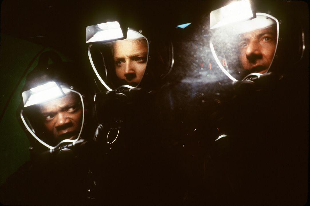 In der Dunkelheit der Tiefsee lauert auf Dr. Harry Adams (Samuel L. Jackson, l.), Dr. Beth Halperin (Sharon Stone, M.) und Dr. Norman Goodman (Dusti... - Bildquelle: Warner Bros. Pictures