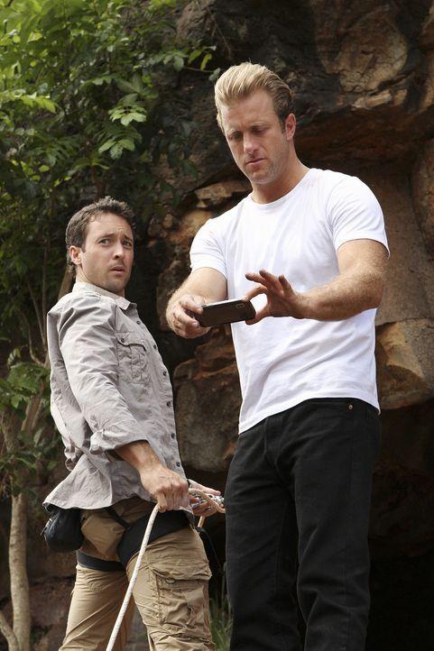 Bei einen gemeinsamen Wanderausflug in die Berge, machen Steve (Alex O'Loughlin, l.) und Danny (Scott Caan, r.) eine besondere Entdeckung ... - Bildquelle: 2011 CBS BROADCASTING INC.  All Rights Reserved.