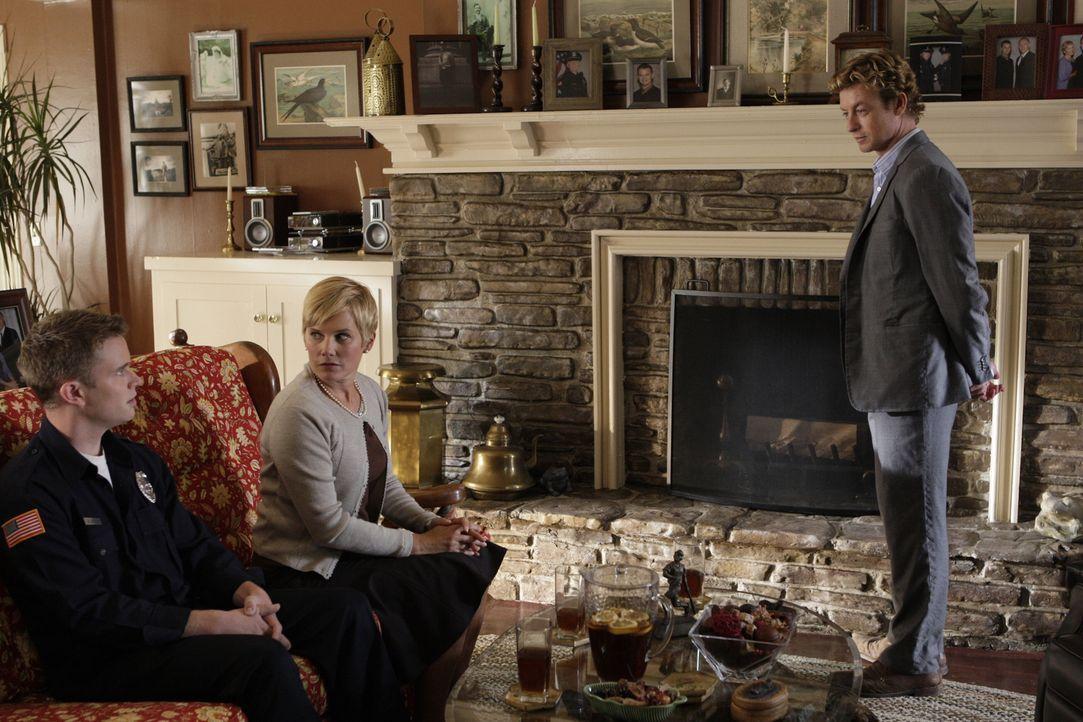 Patrick Jane (Simon Baker, r.) ermittelt in einem neuen Mordfall. Doch hat er die Täter vielleicht schon vor siech stehen? Patrick fühlt Katherine (... - Bildquelle: Warner Bros. Television