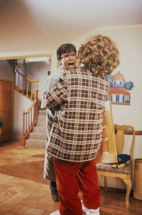 Bereits nach kurzer Zeit misst Sohnemann (Daniel Shalikar/Joshua Shalikar, r.) gut 32 Meter. Für den Papa (Rick Moranis, l.) beginnen aufregende Zei... - Bildquelle: Walt Disney