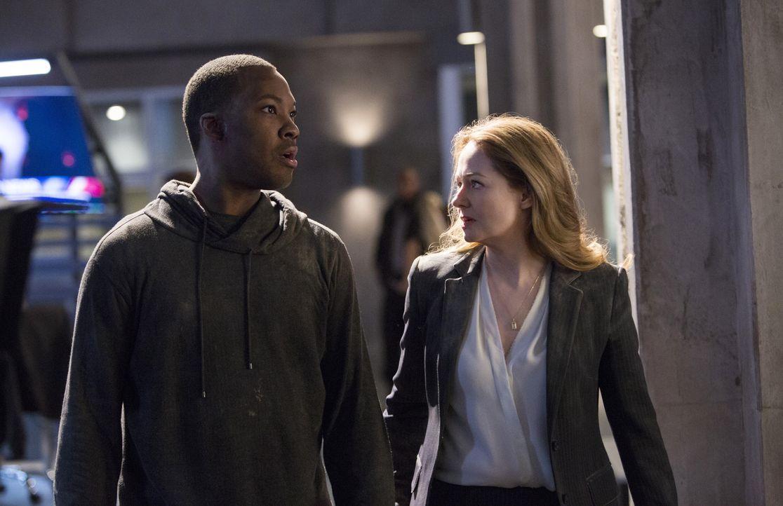 Nachdem ihr Mann John von den Terroristen entführt wurde, startet Rebecca (Miranda Otto, r.) mit Eric (Corey Hawkins, l.) einen erneuten Alleingang,... - Bildquelle: 2017 Fox and its related entities.  All rights reserved.