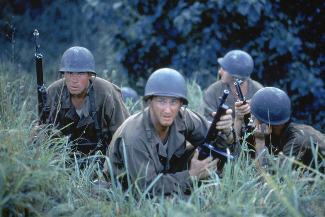 Startet eine verhängnisvolle Offensive, die nur Opfer kennt: First Sergeant Welsh (Sean Penn, 2.v.l.) ... - Bildquelle: 1998 Twentieth Century Fox Film Corporation. All rights reserved.