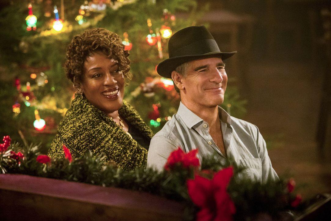 Erleben ein ganz besonderes Weihnachtsfest: Wade (CCH Pounder, l.) und Pride (Scott Bakula, r.) ... - Bildquelle: Skip Bolen 2015 CBS Broadcasting, Inc. All Rights Reserved
