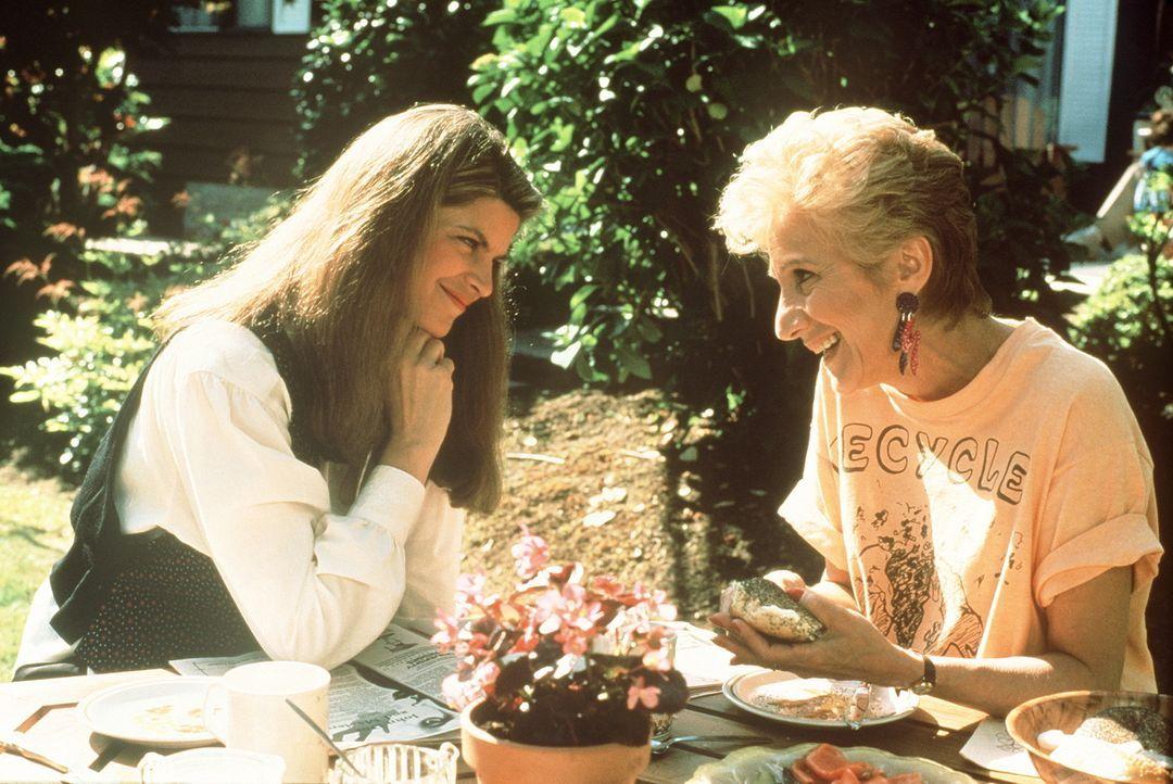 Rosie (Olympia Dukakis, r.) ist ganz aus dem Häuschen vor Freude, als sie von Mollie (Kirstie Alley, l.) erfährt, dass sie noch einmal Großmutter... - Bildquelle: TriStar Pictures