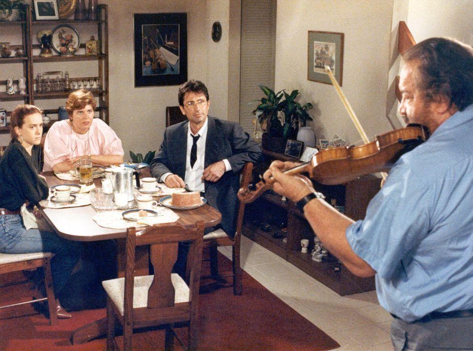 (v.l.n.r.) Candice Webster (Diamy Spencer); Betty Webster (Sharon Madden); Victor (Thierry Lhermitte); Bull Webster (Bud Spencer) - Bildquelle: Tobis Film