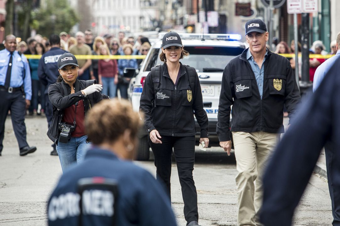 Ein Navy-Offizier wird von einem Bus überfahren. Percy (Shalita Grant, l.), Brody (Zoe McLellan, M.) und Pride (Scott Bakula, r.) glauben nicht an e... - Bildquelle: Skip Bolen 2016 CBS Broadcasting, Inc. All Rights Reserved