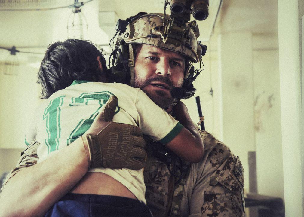 Als sich syrische Soldaten der Einrichtung nähern, entscheidet Jason (David Boreanaz) zurück zu bleiben, um das Leben der Geiseln zu retten ... - Bildquelle: Erik Voake Erik Voake/CBS   2017 CBS Broadcasting, Inc. All Rights Reserved. / Erik Voake