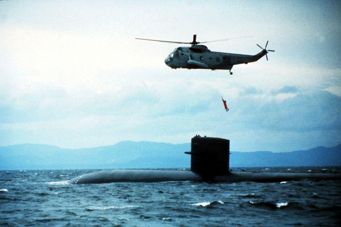 Nur CIA-Agent Jack Ryan (Alec Baldwin) glaubt, dass es sich bei Ramius um einen Überläufer handelt. Er geht an Bord des U-Boots und nimmt Kontakt... - Bildquelle: Paramount Pictures