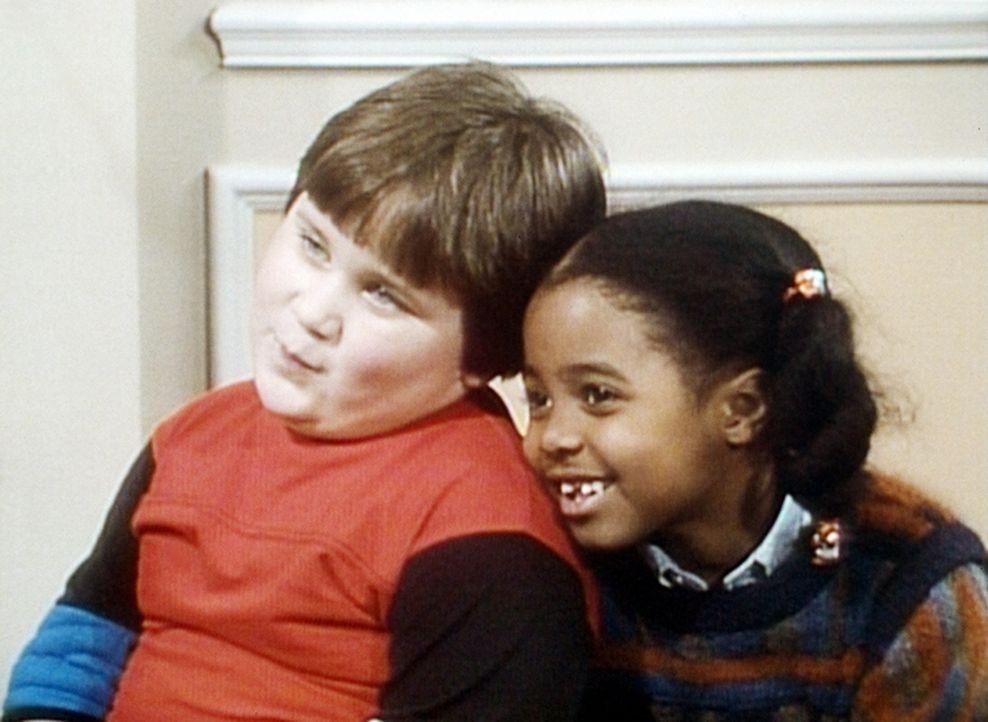 Rudy (Keshia Knight Pulliam, r.) spricht ihrem Freund Peter (Peter Costa, r.) beim Zahnarzt Mut zu. - Bildquelle: Viacom