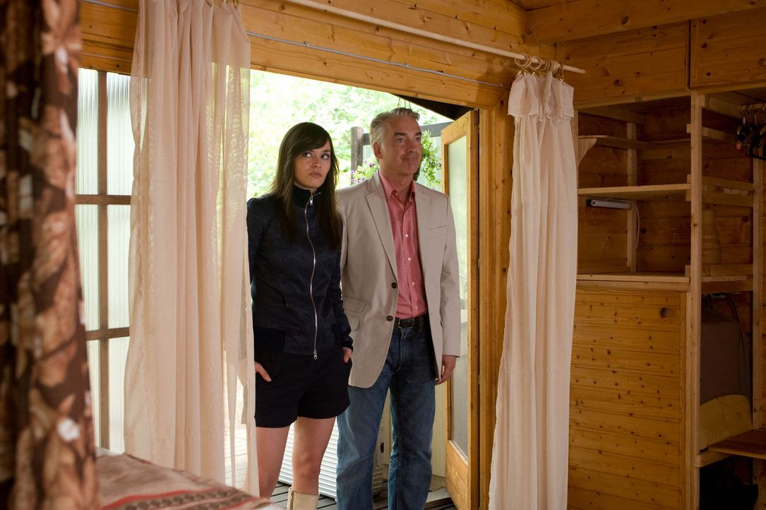 Um die Entfremdung zu seiner Tochter Natalie (Diane Willems, l.) zu überwinden, beschließt Dieter (Christoph M. Ohrt, r.), gemeinsam einen Kurzurlau... - Bildquelle: Gordon Mühle Sat.1