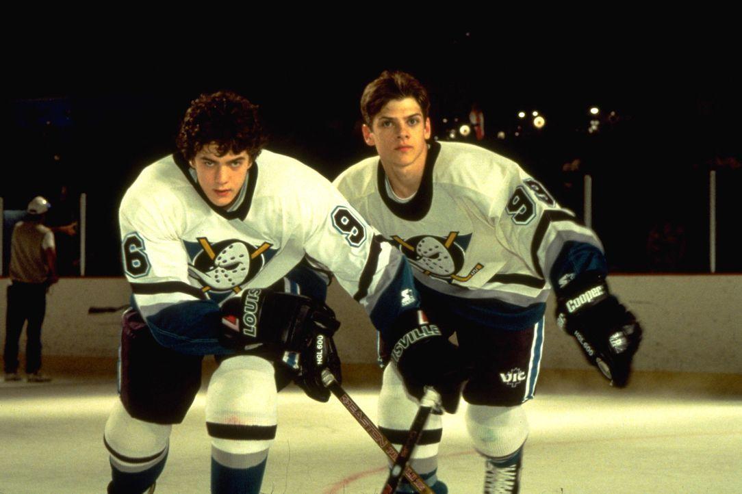 """Die """"Mighty Ducks"""" (Joshua Jackson, l. und Will Banks, r.) haben das Siegen verlernt. Werden sie ihre alte Form wiederfinden? - Bildquelle: Disney.  All Rights Reserved."""