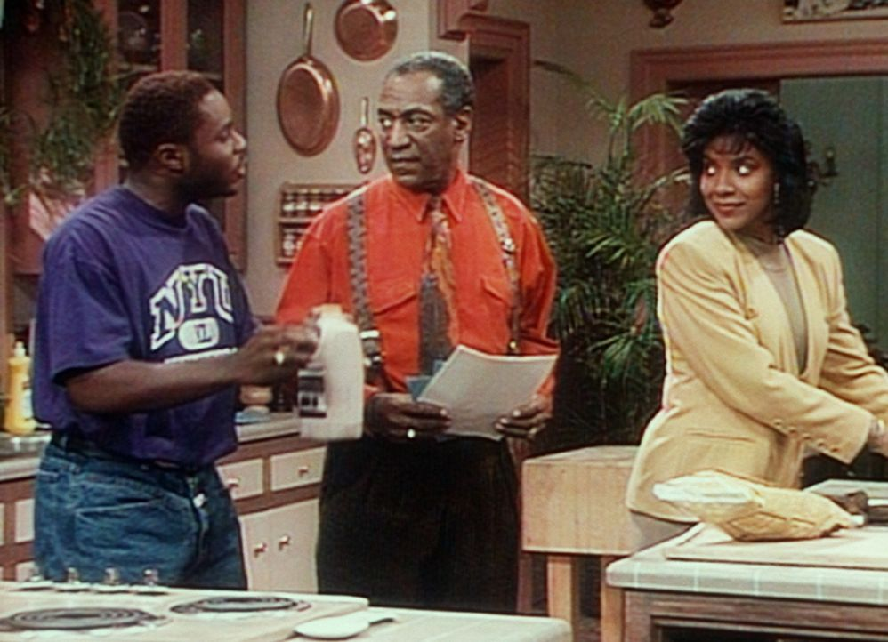 Clair (Phylicia Rashad, r.) schenkt Theo (Malcolm-Jamal Warner, l.) die Schokoladenmilch, die Cliff (Bill Cosby, M.) eigentlich für sich gekauft hat. - Bildquelle: Viacom