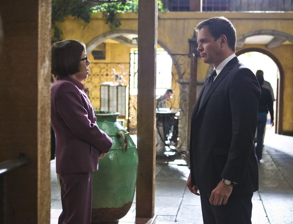 Als Rio, ein Gefangener auf einem Flug von Singapur nach Los Angeles, entkommen konnte, braucht DiNozzo (Michael Weatherly, r.) die Hilfe von Hetty... - Bildquelle: Sonja Flemming 2015 CBS Broadcasting, Inc. All Rights Reserved.
