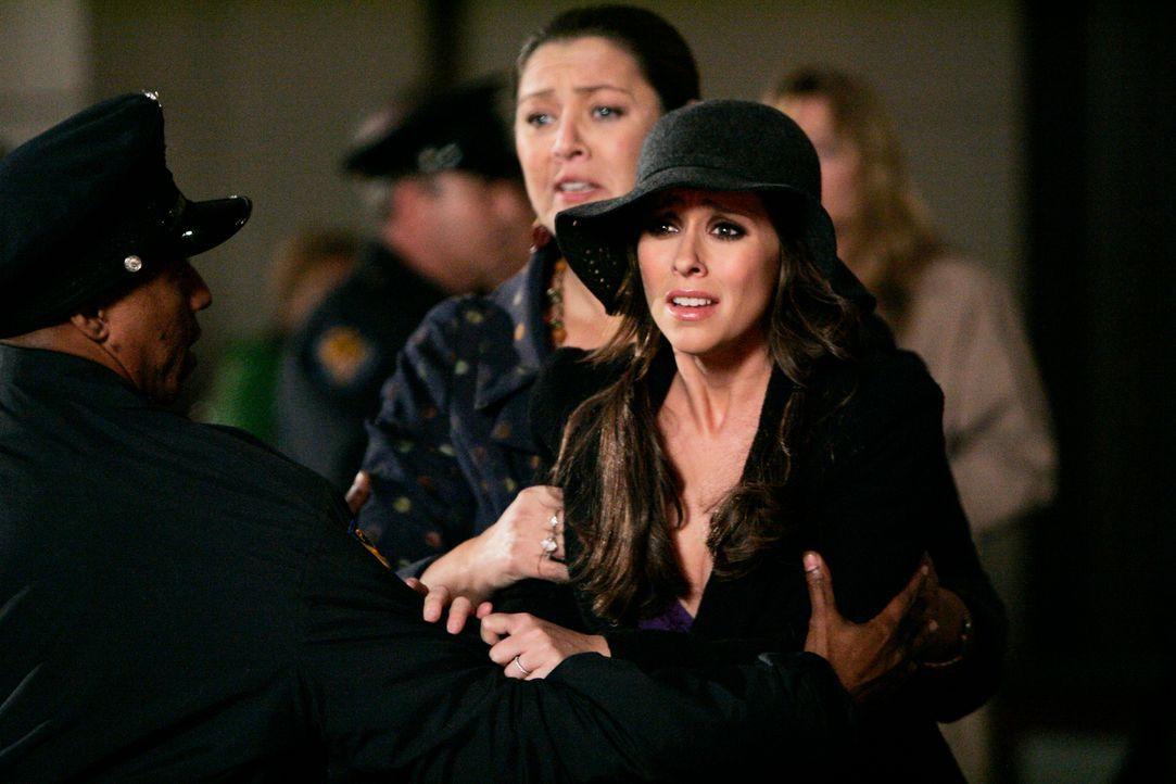 Melinda (Jennifer Love Hewitt, r.) macht sich große Sorgen um Jim, der mit seinen Leuten versucht, das Feuer in den Griff zu kriegen. Delia (Camryn... - Bildquelle: ABC Studios