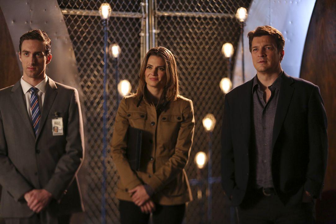 Erst beim Handschlag fällt Castle (Nathan Fillion, r.) und Kate (Stana Katic, M.) der Ring auf, den Chad (Dustin Ingram, l.) trägt ... - Bildquelle: John Fleenor ABC Studios