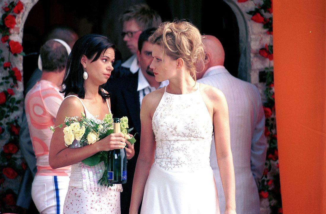 Als Mark voller Panik aus der Kirche flüchtet, stehen Lara (Doreen Jacobi, r.) und ihre Freundin Nicole (Rita Lengyel, l.) vor einem Rätsel ... - Bildquelle: Gordon Mühle ProSieben