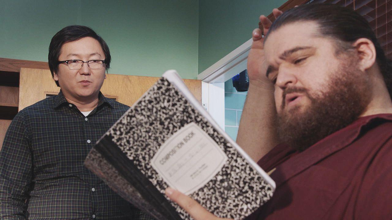 Jerry (Jorge Garcia, r.) hilft Max (Masi Oka, l.) beim Packen. Dabei findet er die Tagebücher von Max und liest sie sich durch. Dadurch erfährt er e... - Bildquelle: Norman Shapiro 2016 CBS Broadcasting, Inc. All Rights Reserved / Norman Shapiro