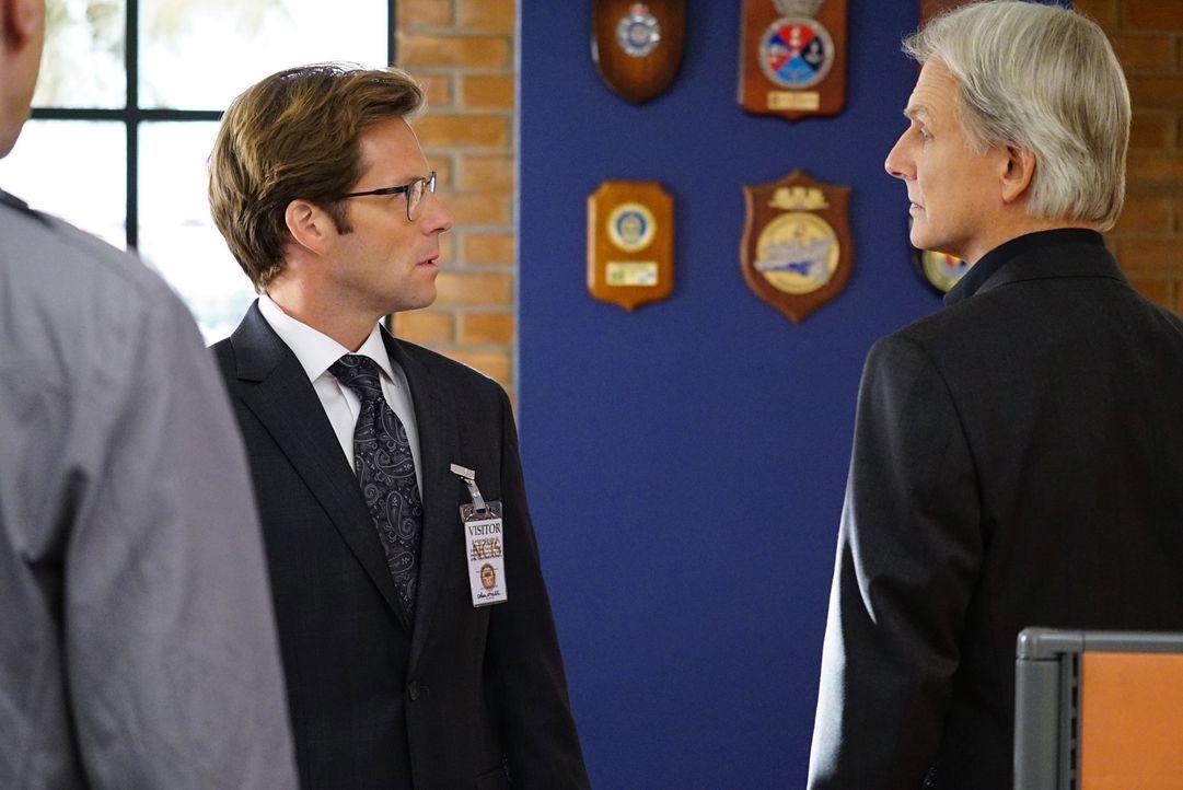 Während Gibbs (Mark Harmon, r.) und sein Team in einem neuen Fall ermitteln, findet Bishop heraus, dass ihr Mann Jake (Jamie Bamber, l.) sie betroge... - Bildquelle: Sonja Flemming CBS Television / Sonja Flemming
