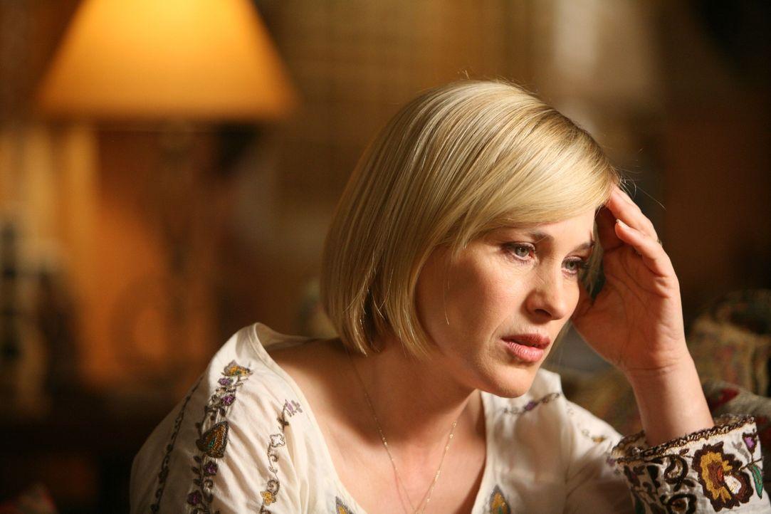 Allison (Patricia Arquette) ist verzweifelt - soll sie Joe erzählen, dass seine Mutter schwer krank ist auch wenn sie sie darum gebeten hat, es ihm... - Bildquelle: Paramount Network Television