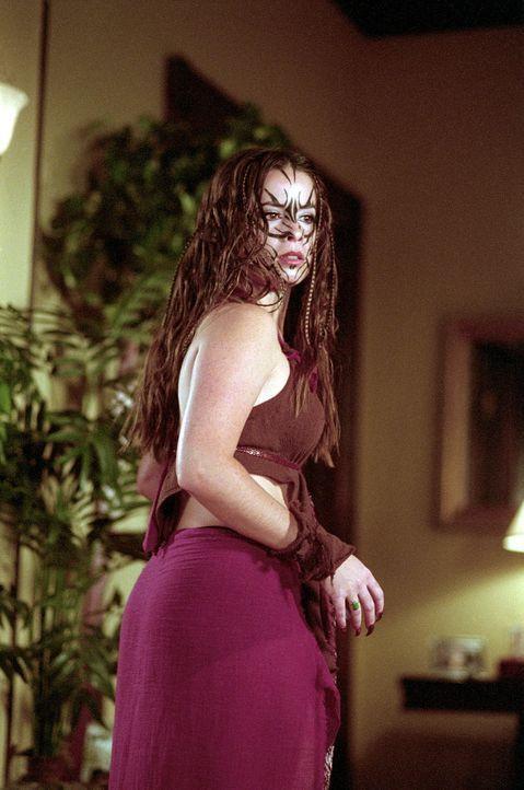 Piper (Holly Marie Combs) ist auf einer verrückten Dämonenjagd und trifft dabei auf die Furien. Eine der Furien legt ihren Finger auf Pipers seelisc... - Bildquelle: Paramount Pictures