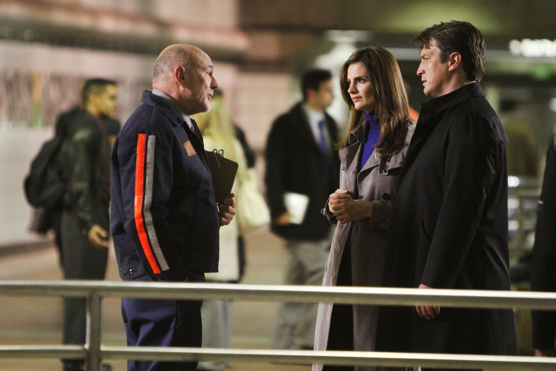 Richard Castle (Nathan Fillion, r.) und Kate Beckett (Stana Katic, l.) fühlen Mario Rivera (Carmen Argenziano, 2.v.l.) auf den Zahn. - Bildquelle: 2010 American Broadcasting Companies, Inc. All rights reserved.