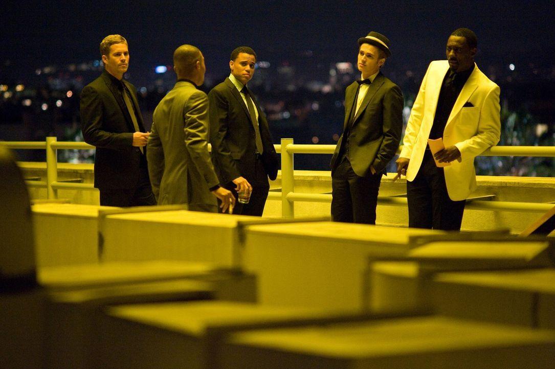 John (Paul Walker, l.), Jake (Michael Ealy, M.), A.J. (Hayden Christensen, 2.v.r.) und Gordon (Idris Elba, r.) sind überrascht, als Ghost (T.I., 2.v... - Bildquelle: 2010 Screen Gems, Inc. All Rights Reserved.