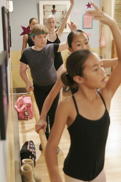 Als einziger Junge im Ballettunterricht fühlt sich Jake (Angus T. Jones, l.) überhaupt nicht wohl ... - Bildquelle: Warner Brothers Entertainment Inc.
