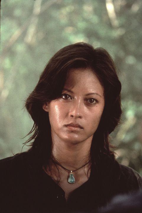 Rambos Einsatz verläuft nicht nach Plan und schon bald findet er sich nur mit einem Messer und der Vietnamesin Co Bao (Julia Nickson) im tiefsten Ds... - Bildquelle: 1985 STUDIOCANAL. All Rights Reserved.