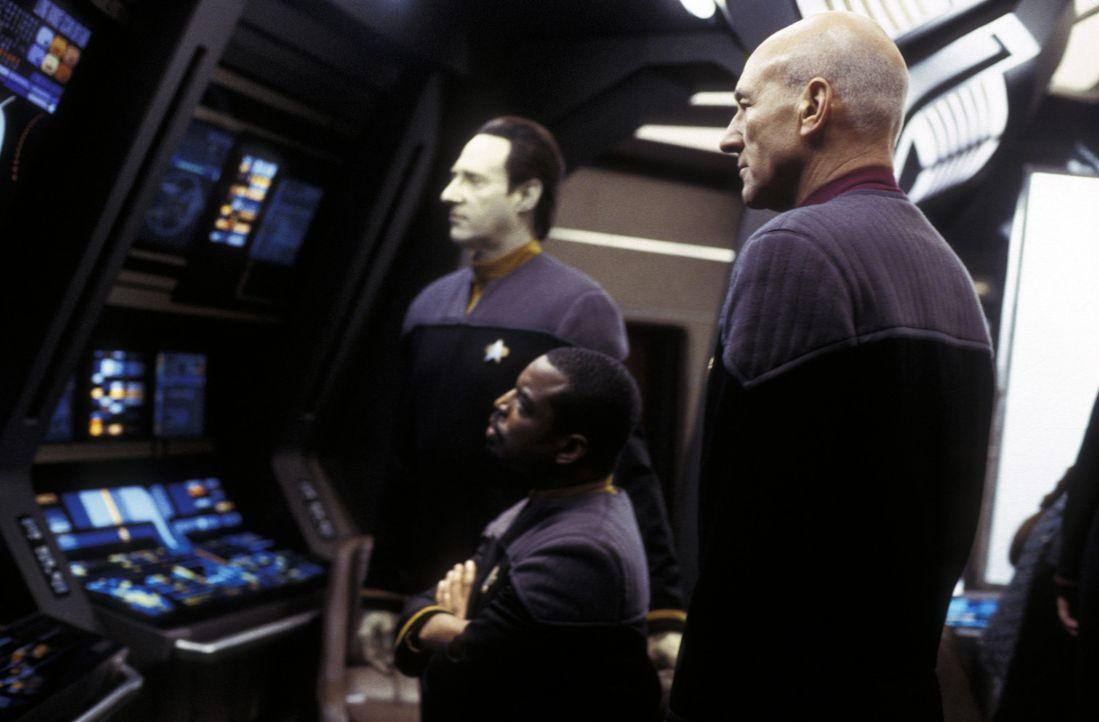 Machen auf dem Bildschirm eine Entdeckung: LaForge (LeVar Burton, M.), Picard (Patrick Stewart, r.) und Data (Brent Spiner, l.) ... - Bildquelle: Paramount Pictures