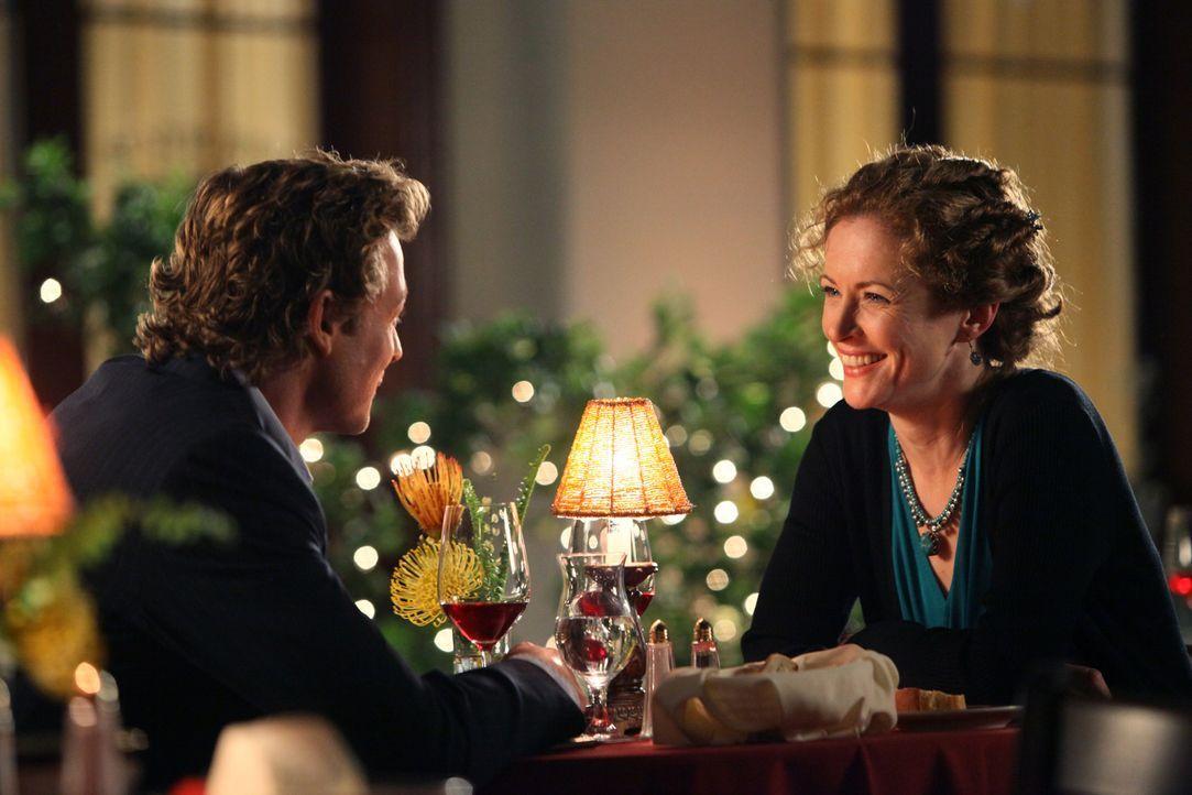 Patrick (Simon Baker, l.) hat Gefallen an Kristina Frye (Leslie Hope, r.) gefunden und führt sie zum Essen aus ... - Bildquelle: Warner Brothers