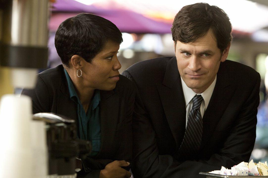Detective Lydia Adams (Regina King, l.) beschwert sich bei Detective Russell Clarke (Tom Everett Scott, r.) über ihre neue Partnerin, doch der finde... - Bildquelle: Warner Brothers