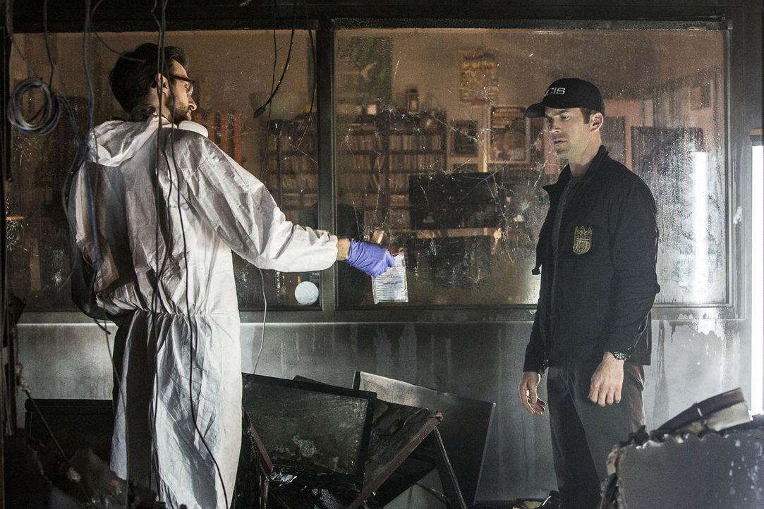 Sebastian (Rob Kerkovich, l.) und LaSalle (Lucas Black, r.) suchen an einem Tatort nach Hinweisen auf den Mörder von Captain James Grant, der nun au... - Bildquelle: Skip Bolen 2016 CBS Broadcasting, Inc. All Rights Reserved