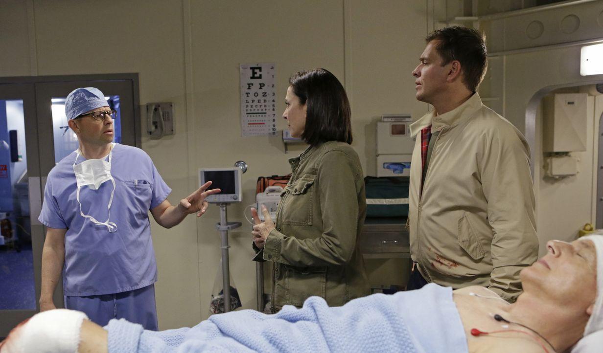 Nachdem Gibbs (Mark Harmon, liegend) angeschossen wurde, machen sich CIA Officer Joanna Teague (Mimi Rogers, M.) und DiNozzo (Michael Weatherly, r.)... - Bildquelle: Sonja Flemming CBS Television / Sonja Flemming