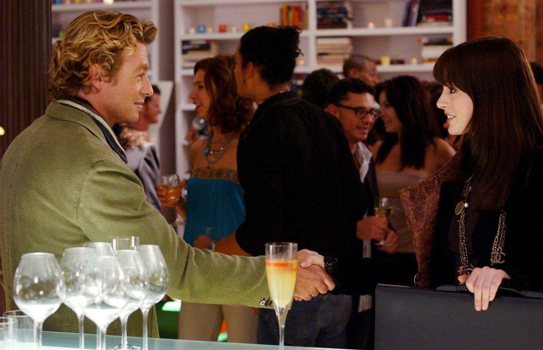 Die sonst so biedere Andy (Anne Hathaway, r.) ist kaum wiederzuerkennen: Geht sie jetzt sogar so weit und betrügt ihren Freund mit dem charmanten Ch... - Bildquelle: 2006 Twentieth Century Fox