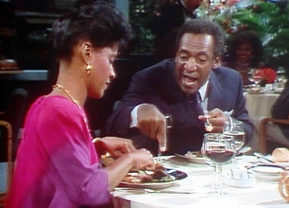 Clair (Bill Cosby, r.) und Cliff (Phylicia Rashad, l.) gönnen sich einmal ein festliches Abendessen ohne die Kinder. - Bildquelle: Viacom