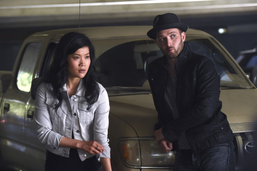 Ein todbringender Virus hält Happy (Jadyn Wong, l.) und Toby (Eddie Kaye Thomas, r.) auf Trab ... - Bildquelle: Ron Jaffe 2014 CBS Broadcasting, Inc. All Rights Reserved / Ron Jaffe
