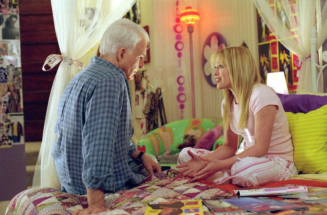 Tom (Steve Martin, l.) war es schon immer wichtig, zu allen Kindern ein gutes Verhältnis zu haben, aber seine pubertierende Tochter Lorraine (Hilar... - Bildquelle: 2003 Twentieth Century Fox Film Corporation. All rights reserved.