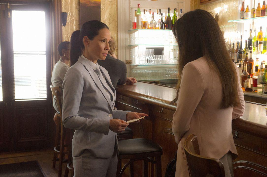 Watson (Lucy Liu, l.) und ihre Halbschwester Lin (Samantha Quan, r.) haben keine gute Beziehung. Ob der Tod ihres Vaters die beiden wieder zusammenf... - Bildquelle: Jeff Neira Jeff Neira/CBS   2017 CBS Broadcasting Inc. All Rights Reserved.