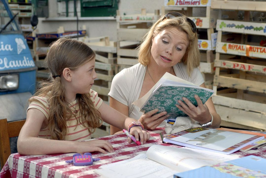 Fabios Tochter Nina (Amber Bongard, l.) ist begeistert, denn Lissy (Annette Frier, r.) ist eine große Hilfe bei den Mathematik-Hausaufgaben. - Bildquelle: Hardy Brackmann Sat.1