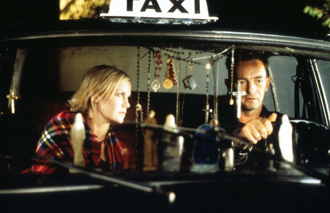 Eines Tages gerät die verunsicherte Kristie (Laura Harris, l.) an den merkwürdigen Taxifahrer Cormac (Francis Magee, r.). Dieser macht Andeutungen... - Bildquelle: Constantin Film AG