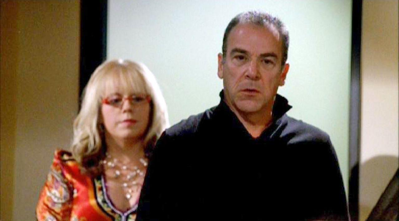 Garcia (Kirsten Vangsness, l.) hilft Gideon (Mandy Patinkin, r.) einen Unterschlupf zu finden ... - Bildquelle: Touchstone Television