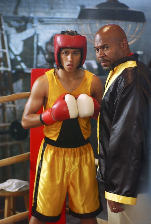 """Izzy (Corbin Bleu, l.) stammt aus einer Boxer-Familie und soll einst wie sein Vater (David Reivers, r.) die """"Goldenen Handschuhe"""" gewinnen. Doch als... - Bildquelle: Buena Vista International Television"""