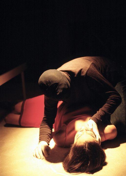 In der Hand eines Psychopathen (Sean Patrick Flanery, knieend): Peggy (Jennifer Steyn, liegend) ... - Bildquelle: ApolloMedia