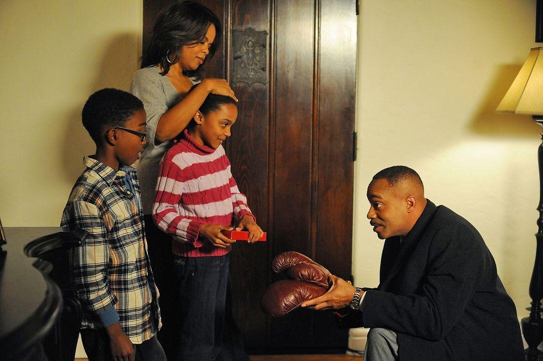 Eine glückliche Familie: Vance (Rocky Carroll, r.), Jackie (Paula Newsome, 2.v.l.), Jared (Khamani Griffin, l.) und Lily (China Anne McClain, 2.v.r.... - Bildquelle: CBS Television