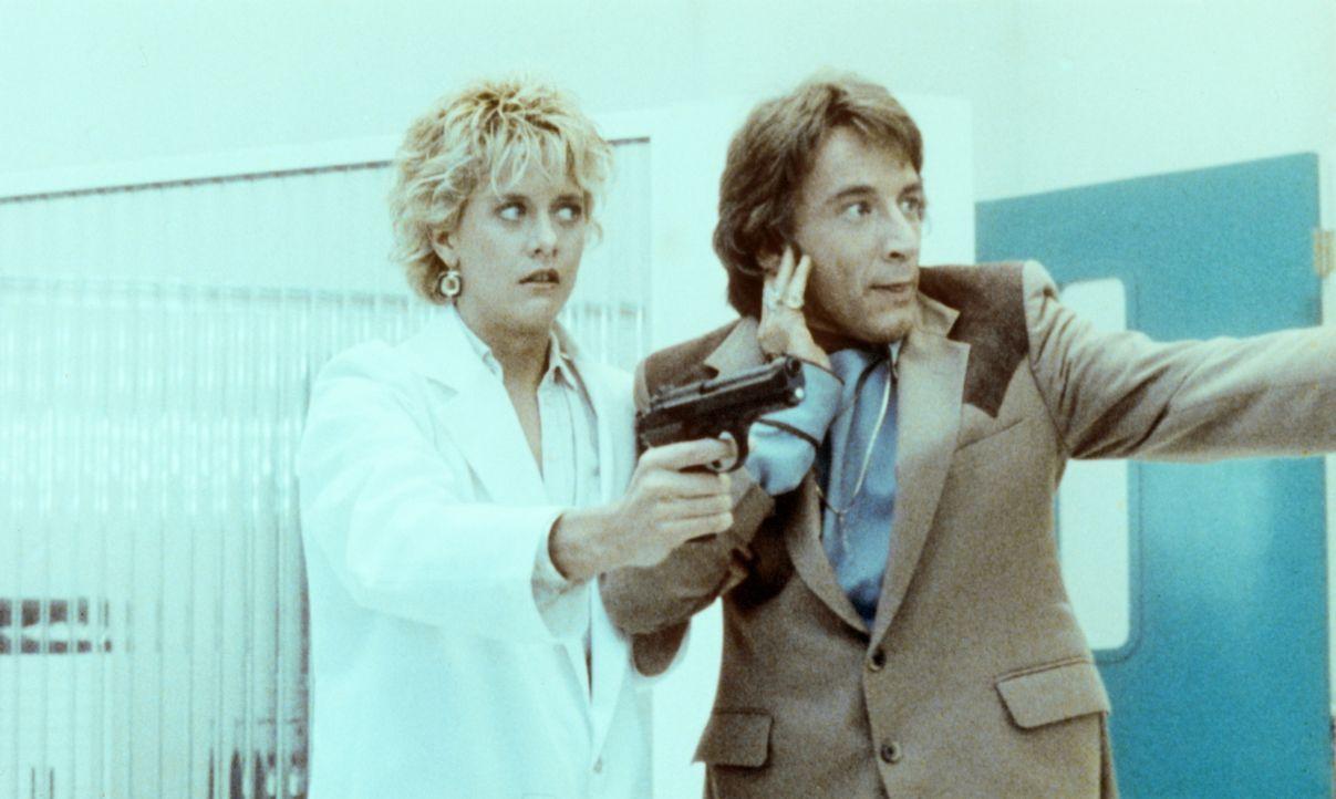 Verzweifelt versuchen Lydia (Meg Ryan, l.) und Jack (Martin Short, r.), den Rückverwandlungschip zu organisieren, bevor dem miniaturisierten Tuck di... - Bildquelle: Warner Bros.
