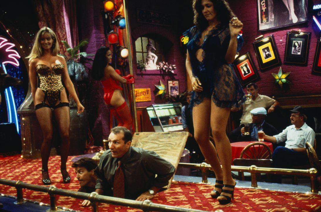 Lassen in einem Stripclub die Puppen tanzen: Al Bundy (Ed O'Neill, 3.v.l..) und sein Nachbar Jefferson D'Arcy (Ted McGinley, 2.v.l.) ... - Bildquelle: 1996, 1997 ELP Communications. All Rights Reserved.